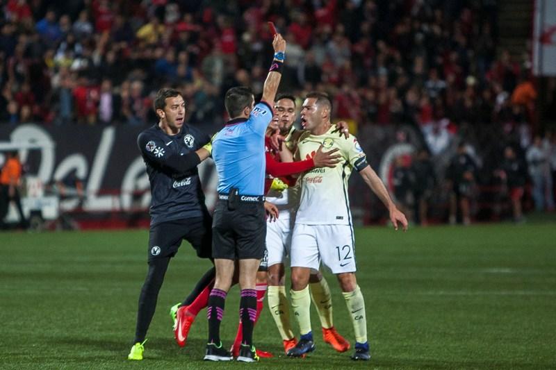 La agresión de Pablo Aguilar al árbitro Fernando Hernández fue el colofón para un gris América en Tijuana.