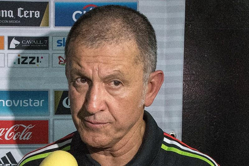 Video: México ganó, pero Osorio 'perdió' apuesta con el Chicharito y ¡se rapó!