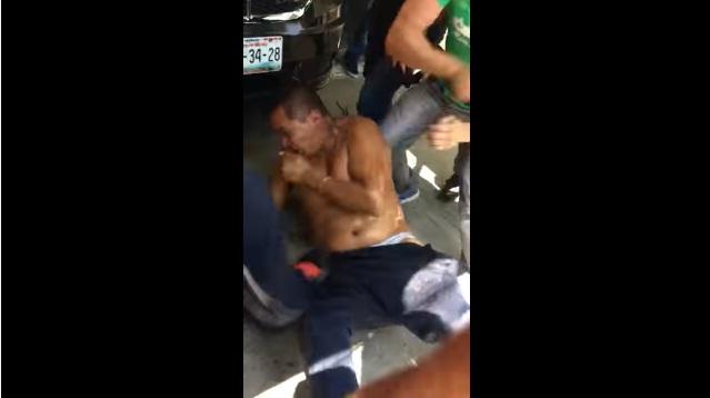 Video: Comerciantes golpean y desnudan a presunto asaltante en México