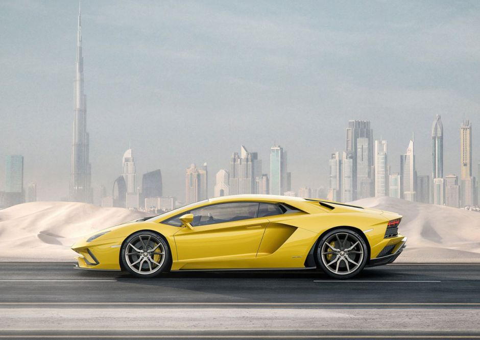 Increíble: Policías empujan lujoso Lamborghini por las calles, ¿por qué?