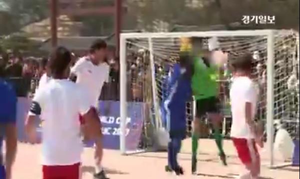 """Video: Maradona intentó repetir la """"mano de Dios"""" en un partido en Corea del Sur"""