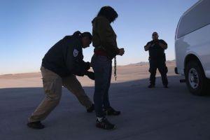 Esquina migratoria: la deportaron y quiere saber si tiene derecho a un perdón