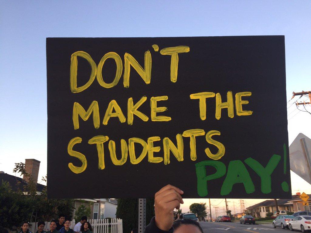 Estudiantes de Montebello protestan por despido de maestros