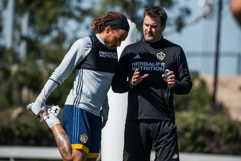 Curt Onalfo y Jermaine Jones, entrenador y jugador del LA Galaxy de la MLS.