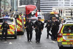"Apuñalan a policía y disparan al atacante frente a Parlamento británico en incidente ""terrorista"""