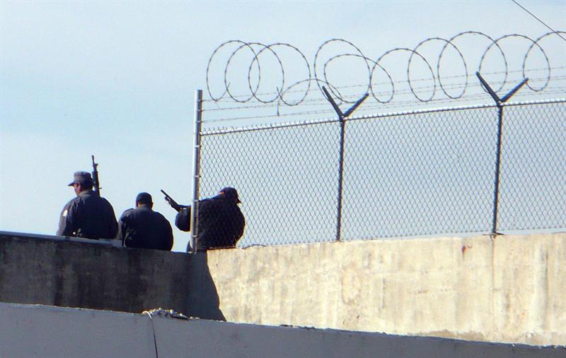 Riña en penal de México deja tres muertos