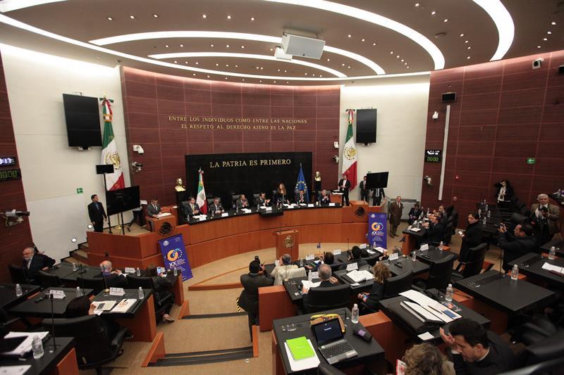 Doce senadores renuncian al PRD tras invitación de López Obrador