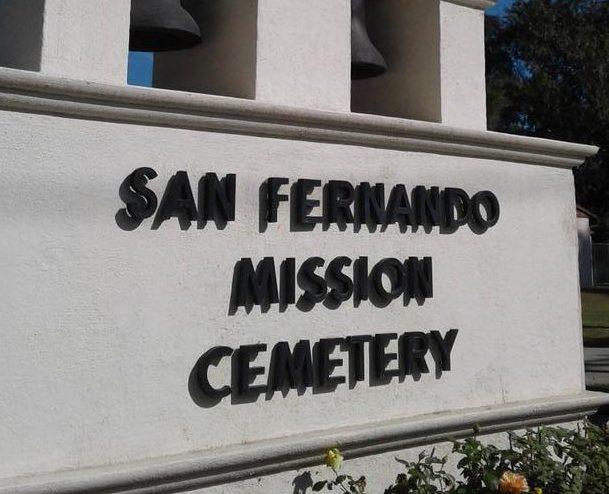 Arquidiócesis de L.A. enfrenta demanda por cementerio en deterioro