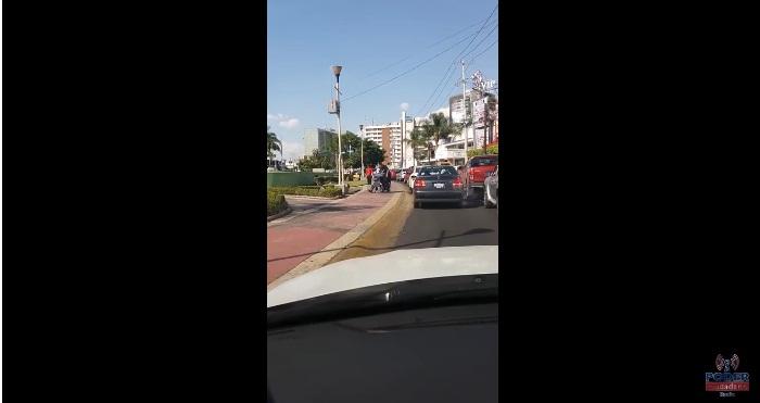 Video: Taxista exhibe a sujeto que fingía discapacidad para pedir dinero en Guadalajara