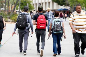 Republicano quiere entregar a 'la Migra' a 82,000 estudiantes que no hablan inglés