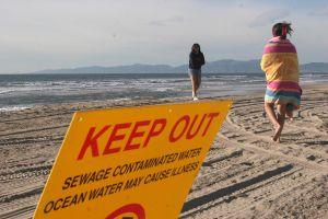 Miles de galones de aguas negras obligan cierre de playas en Laguna Beach