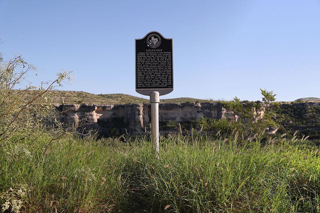 Un marcador histórico, dañado por disparos, en la frontera de los EEUU-México en Texas.