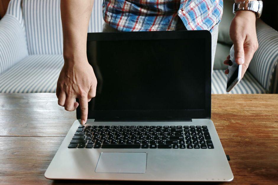 Albañil ofrece su trabajo a cambio de una computadora para su hija