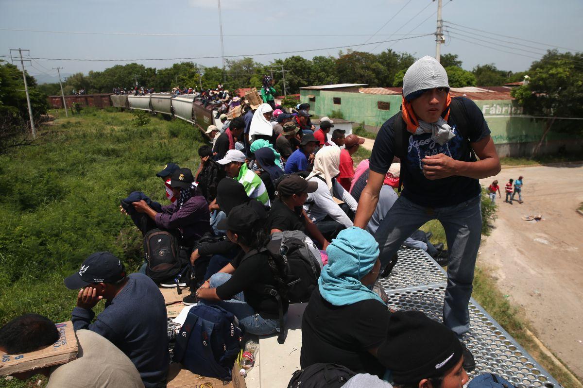 """Detienen a 100 migrantes que iban en """"La Bestia"""""""