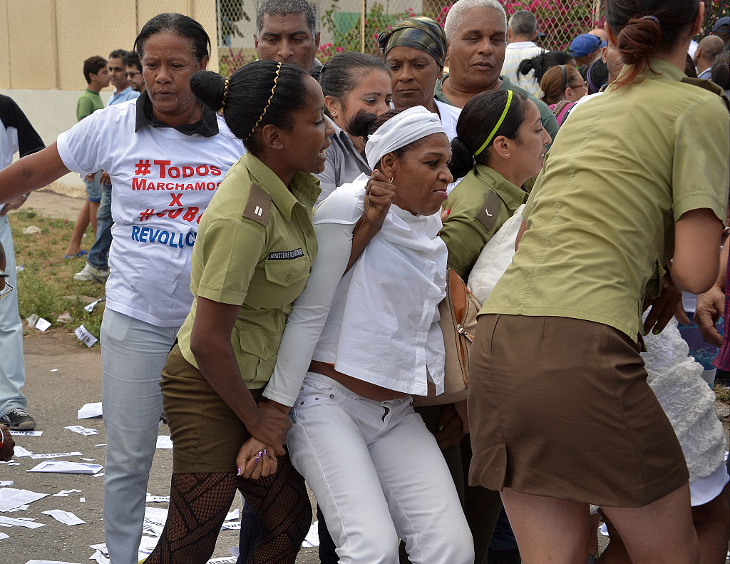 Miembros de la organización de Derechos Humanos Damas de Blanco son arrestadas durante una marcha el 20 de marzo de 2016 en La Habana.
