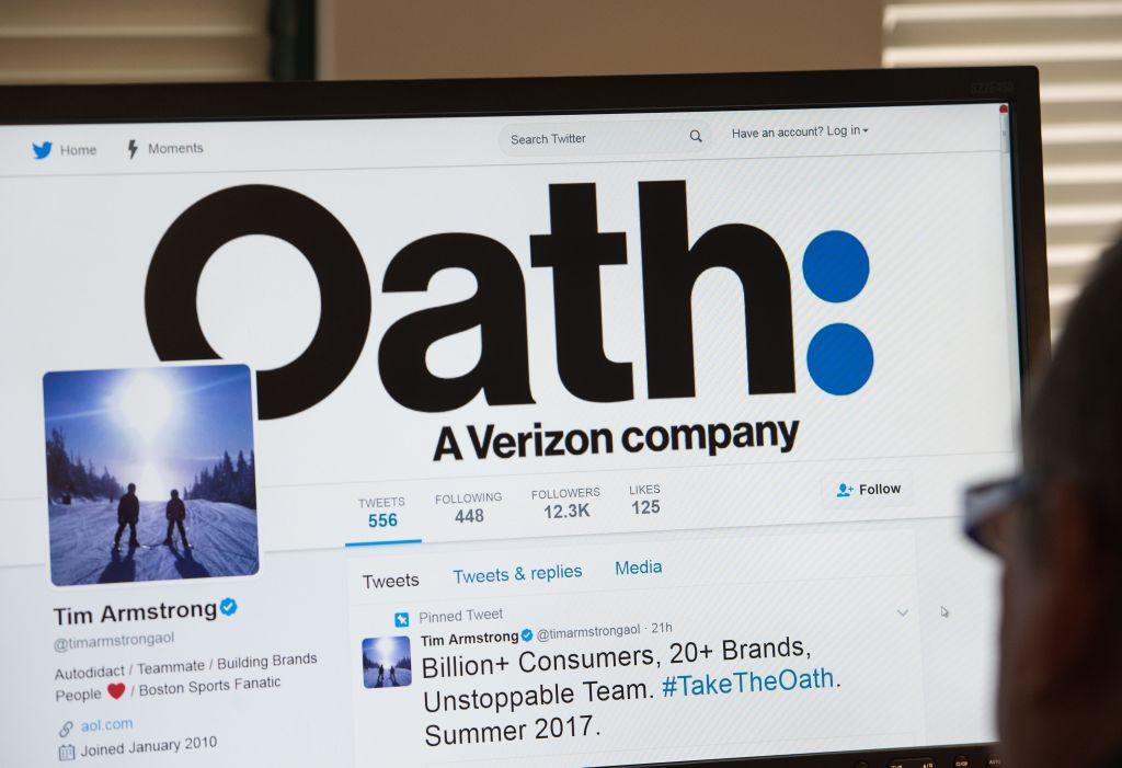 "Un hombre mira la página de Twitter de del director de AOL Tim Armstrong anunciando ""Juramento""."