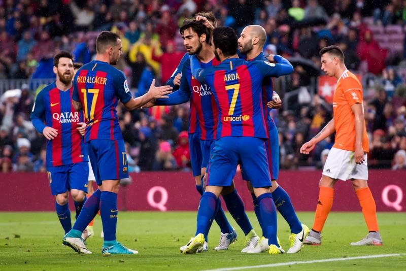 Andre Gomes celebra el primero de sus dos goles frente al Osasuna con sus compañeros.