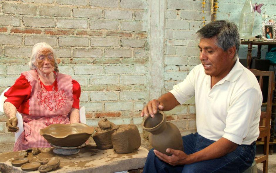 Oaxaqueña dedica 72 años de su vida al barro negro