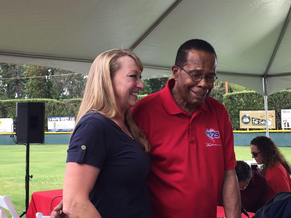 Rod Carew, leyenda latinoamericana del béisbol, comparte un momento con Mary Reuland, la madre del exjugador de la NFL cuyo corazón fue trasplantado al miembro del Salón de la Fama, luego de una conferencia de prensa en Los Ángeles.