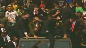 Video: Abuchean y lanzan objetos a Maduro tras desfile militar