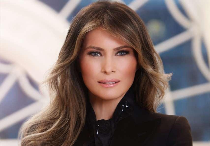 """Melania Trump visita Texas tras paso de Harvey vestida de """"Chica Bond"""" y las redes la destrozan"""