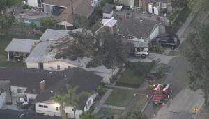 Fuertes vientos dejan a miles sin luz, casas incendiadas y coches dañados en Los Ángeles