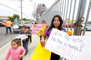 Padres exigen aumentar medidas de seguridad de tránsito frente a escuelas de Watts