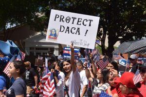 """Trump mantendrá DACA """"por ahora"""" aunque activistas no se confían"""