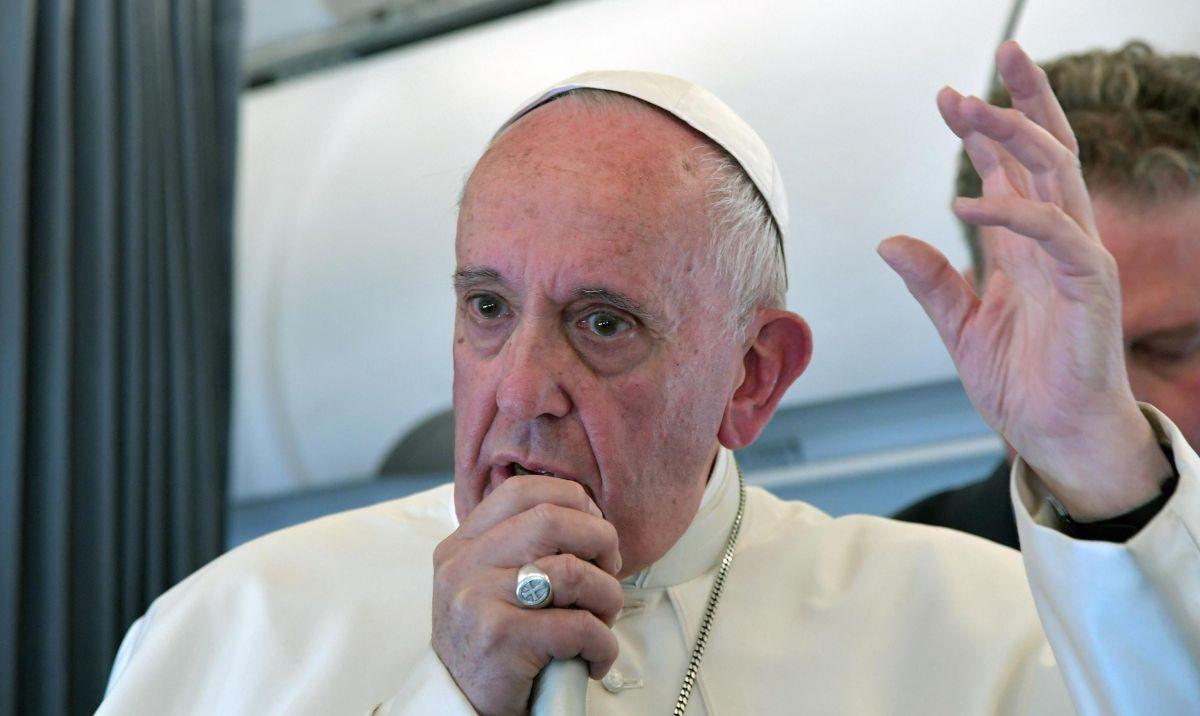 El Vaticano cancela misa del Papa Francisco tras verle estornudar y toser