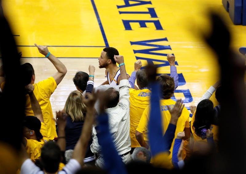 Curry empuja a los Warriors a lograr la remontada frente a los Spurs