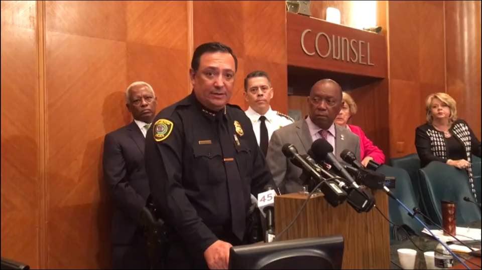 El jefe Arturo Acevedo (izq) y el alcalde Sylvester Turner (der) harán cambios en Houston.