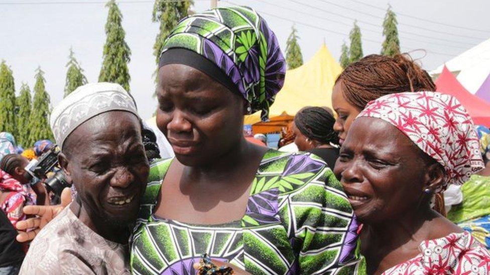 El emotivo reencuentro con sus familias de las 82 niñas liberadas de Boko Haram