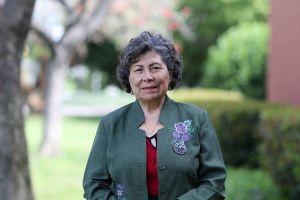 Peruana orgullosamente recibe su doctorado... ¡a la edad de 70 años!