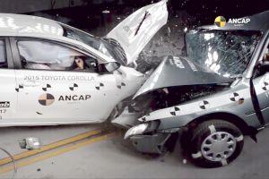 Prueba de choque entre un Toyota Corolla 2015 contra un 1998