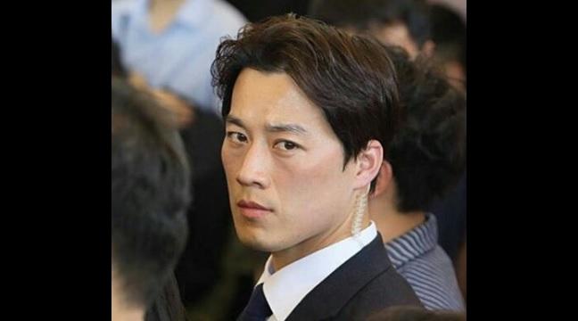 Guardaespaldas de presidente de Corea del Sur rompe corazones en la red