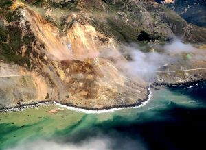 Un pedazo del famoso Highway California 1 cae al océano por deslave causado por el río atmosférico