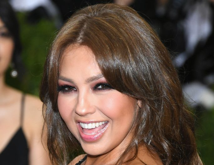 Thalía demostró con su increíble elasticidad que es algo más que sus ridículos videos en Internet