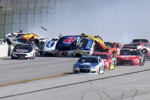 Video: Espectacular colisión entre 18 autos en la Serie NASCAR