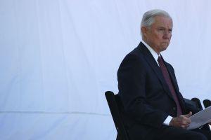 """Activistas denuncian """"mano dura"""" de Sessions para castigar delitos de drogas menores"""