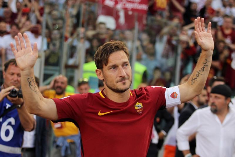 Video: Totti, el eterno 'capitano' de la Roma, dijo adiós al fútbol bañado en lágrimas
