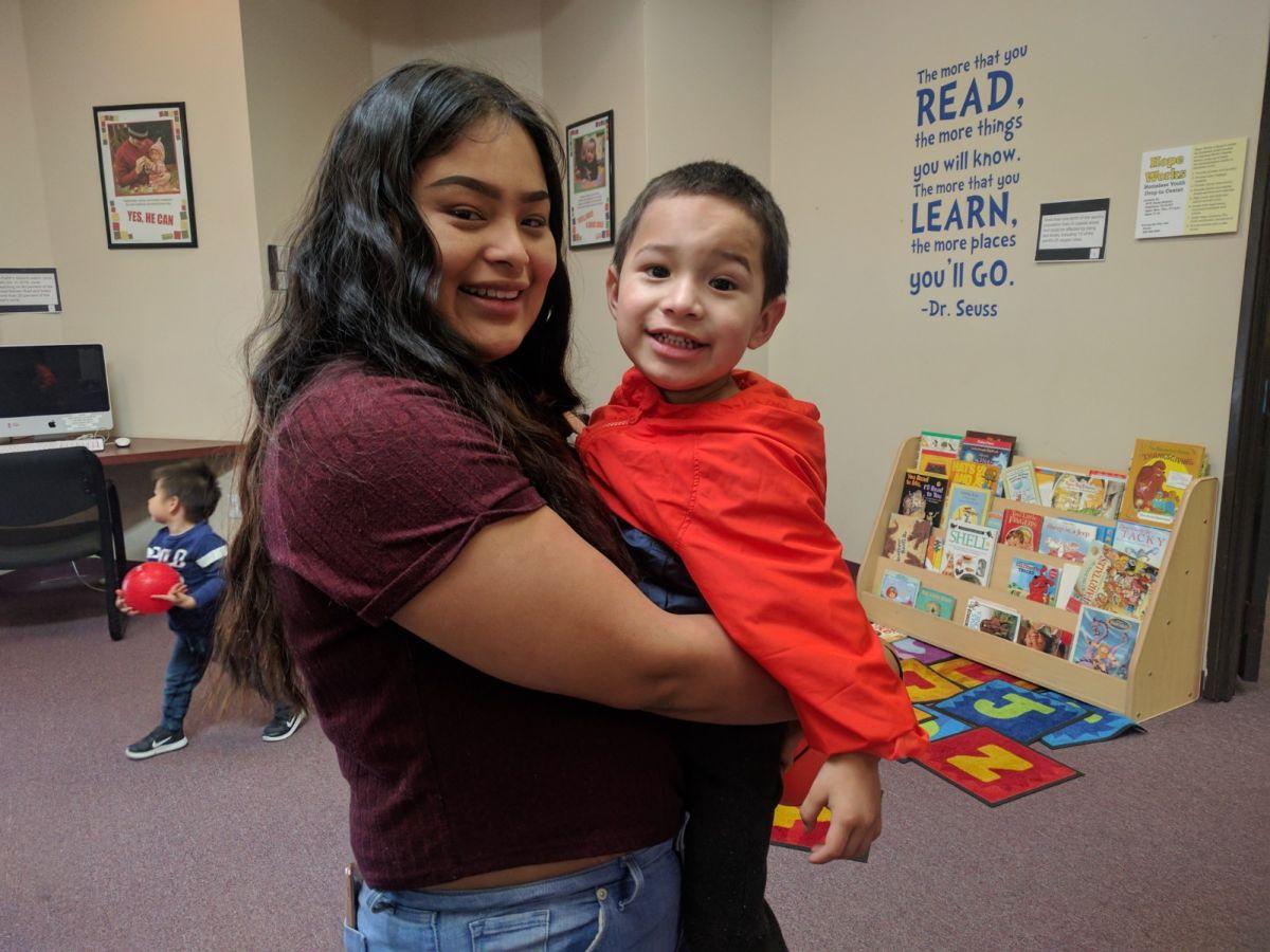 Pamela Moreno, 17, con su hijo Mathew de 2 años en Learning Works.