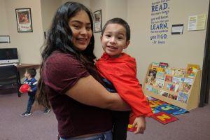 Jóvenes madres superan obstáculos para obtener su educación