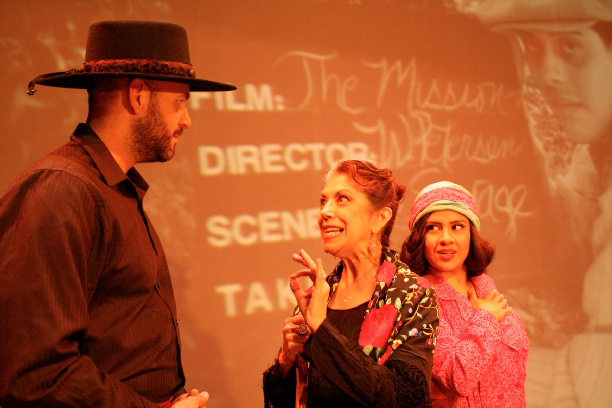 Juan Parada, Rose Portillo y Melinna Bobadilla en 'They Shoot Mexicans, Don't They?'. Foto: Theresa Chavez