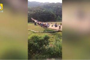 Turistas se salvan de morir tras romperse puente colgante en China