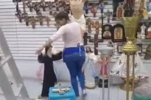 "Video: Al ritmo de cumbia empleada ""baila"" con ""San Charbel"""