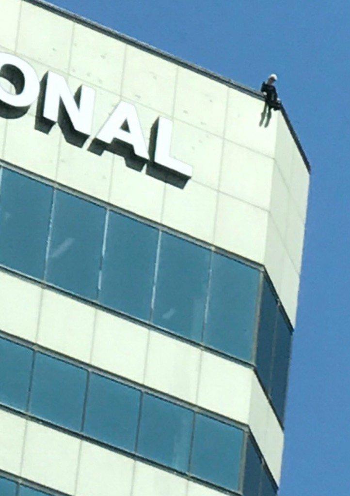 Rescatan ilesa a mujer de lo alto de un edificio de 18 pisos en Sherman Oaks