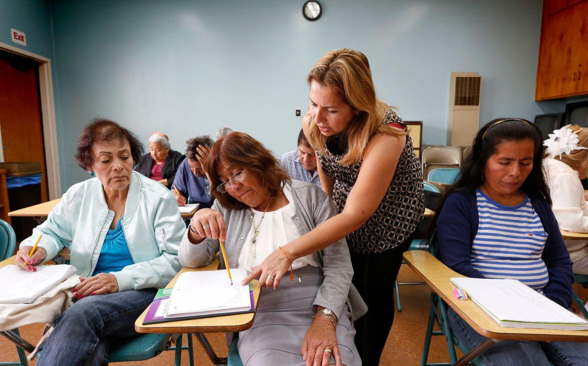 Inmigrantes aprenden a leer y escribir español después de los 50 años