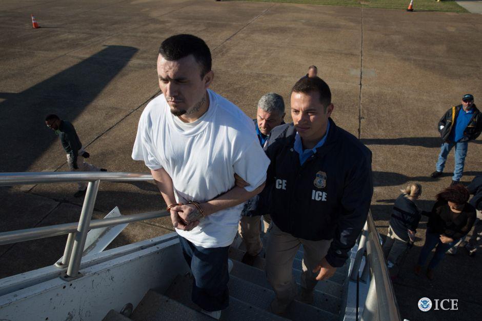 """Director de ICE lo confirma: """"todo indocumentado debe temer la deportación"""""""