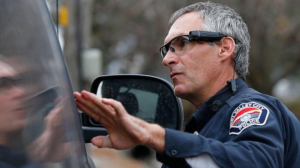 """La tecnología que muestra el """"racismo"""" de los policías de California"""