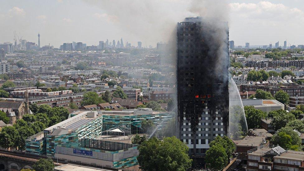 Qué pudo haber causado la fatal rapidez del incendio de la Torre Grenfell de Londres